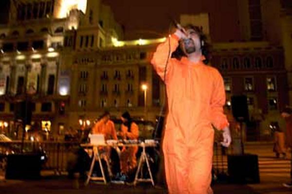 Guantalibanes para Guantanamera, performance de Alonso Gil (Madrid-España, 2007)